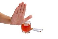 Hand weist Zigarette und alkoholisches Getränk zurück. Stoppen Sie, a zu rauchen Lizenzfreie Stockfotografie