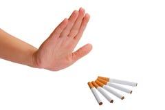 Hand weist Zigarette zurück. Stoppen Sie zu rauchen. Lizenzfreies Stockfoto