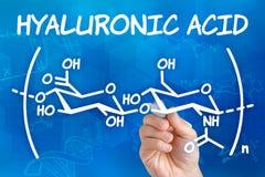 Hand, welche die chemische Formel der Hyaluronsäure zeichnet Lizenzfreie Stockfotografie