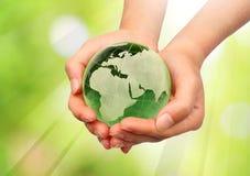 Hand, welche die Erde anhält Lizenzfreies Stockfoto