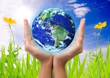 Hand, welche die Erde anhält vektor abbildung