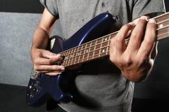 Hand, welche die Gitarre elektrisch spielt stockbild