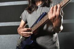 Hand, welche die Gitarre elektrisch spielt lizenzfreies stockbild