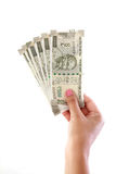 Hand, welche die 500-Rupien-Anmerkungen gegen Weiß hält Lizenzfreie Stockfotografie