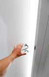 Hand, welche die Tür öffnet Stockfoto