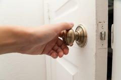 Hand, welche die Tür öffnet Lizenzfreie Stockfotos