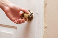 Hand, welche die Tür öffnet Lizenzfreies Stockbild