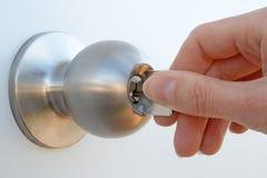 Hand, welche die Tür entsperrt Stockfoto