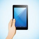 Hand, welche die 7-Zoll-Tablette hält Lizenzfreie Stockfotos