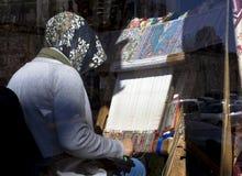 Hand wevend tapijt Wevend het tapijt met de hand gemaakt tapijt van de Turkushdame royalty-vrije stock fotografie