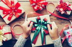 Hand wickeln Geschenke für ein spezielles Festival auf einem Holztisch ein Lizenzfreie Stockfotografie