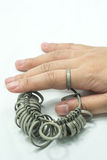 Hand-wiith Juwelierfinger-Bearbeitenwerkzeuge lokalisiert Stockbild