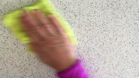 Hand wischt Tischplatte mit Lappen ab stock video footage