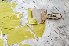 Free Hand With Putty Knife Repair Wall, Hand With A Spatula, Spatula With Spackle Paste Structure, Process Of Applying Layer Of Putty Stock Photography - 150842242