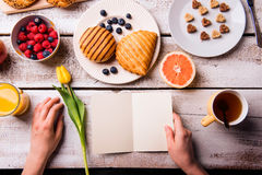Hand of woman holding empty greeting card. Breakfast meal. Royalty Free Stock Photo