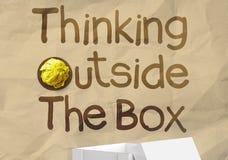 Hand zeichnet denken außerhalb des Kastens mit zerknittert aufbereiten Papierbac lizenzfreies stockfoto