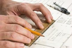 Hand zeichnet einen Bleistift auf Zeichnung Stockfotos
