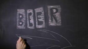 Hand zeichnet einen Pfeil in Richtung des Bar- oder Biergeschäftes stock footage