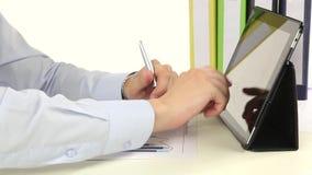 Hand, zum einer Tablette im Büro zu benutzen stock footage