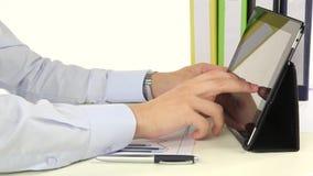 Hand, zum einer Tablette im Büro zu benutzen stock video