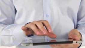 Hand, zum einer Tablette zu benutzen stock footage