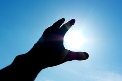 Hand zur Sonne Lizenzfreie Stockbilder
