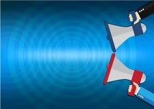 Hand zwei, die Megaphon mit Lautsprecher auf blauem Hintergrund hält Fahne für Geschäft, Förderung und Werbung Lizenzfreie Stockfotos