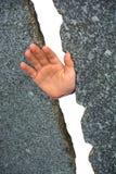 Hand zwischen Steinwänden Stockfotografie