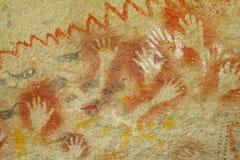Handabdrücke auf einer Höhlenwand Stockbilder