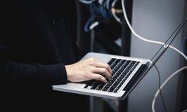 handadministratör som arbetar på bärbara datorn i datorhall royaltyfria foton