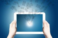 Handanhalten und -punkt auf weißer digitaler Tablette Stockbild