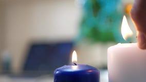 Handapparatfeuer zwei weiße und blaue Kerzen stock video