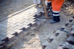 Handarbeider die aan bouwwerf werkt Stock Foto's