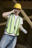 Handarbeider die Celtelefoon met behulp van bij Plaats Stock Afbeelding