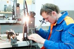 Handarbeider die hulpmiddel met optisch controleert royalty-vrije stock fotografie