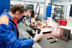 Handarbeider die hulpmiddel met optisch controleert royalty-vrije stock foto's