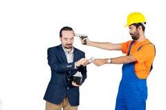 Handarbeider threating zakenman voor het krijgen van zijn die geld voor de diensten op witte achtergrond worden geïsoleerd stock foto's