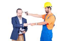 Handarbeider threating zakenman voor het krijgen van zijn euro die geld voor de diensten op witte achtergrond worden geïsoleerd royalty-vrije stock afbeeldingen