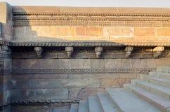 In Handarbeit gemachte Designe auf Felsen Adalaj Stepwell in Ahmedabad Stockfotografie