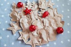 In Handarbeit gemachte Weihnachtsgeschenke eingewickelt in den Papiertüten 25. Dezember Lizenzfreies Stockfoto