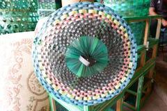 In Handarbeit machen von Abfallkappen von den überschüssigen Plastikrohstoffen stockfotos