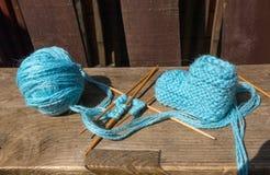 Handarbete av sockor av blå ull arkivbild