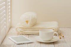Handarbete, eBook och en kopp på en ljus träbakgrund nära en w royaltyfria bilder