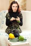 Handarbete för ung kvinna fotografering för bildbyråer