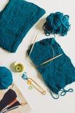 Handarbete garn, stickor på tabellen textur av knitte fotografering för bildbyråer