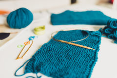 Handarbete garn, stickor på tabellen textur av knitte royaltyfri fotografi