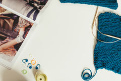 Handarbete garn, stickor på tabellen textur av knitte royaltyfri bild