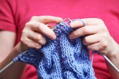 handarbete kvinnlighänder med visaren och tråden royaltyfria foton