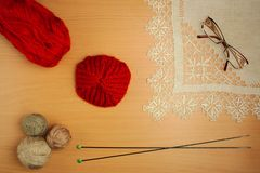 Handarbete, stickor och virkning-, terrakotta- och grå färgtrådar royaltyfria foton