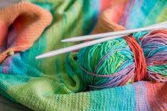 handarbete Stucken tröja Flerfärgat garnnystan med visare nära de handgjorda produkterna close upp arkivfoton